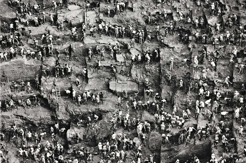 """Por trabalharem na lama, os garimpeiros ficaram conhecidos como """"porcos de lama""""."""