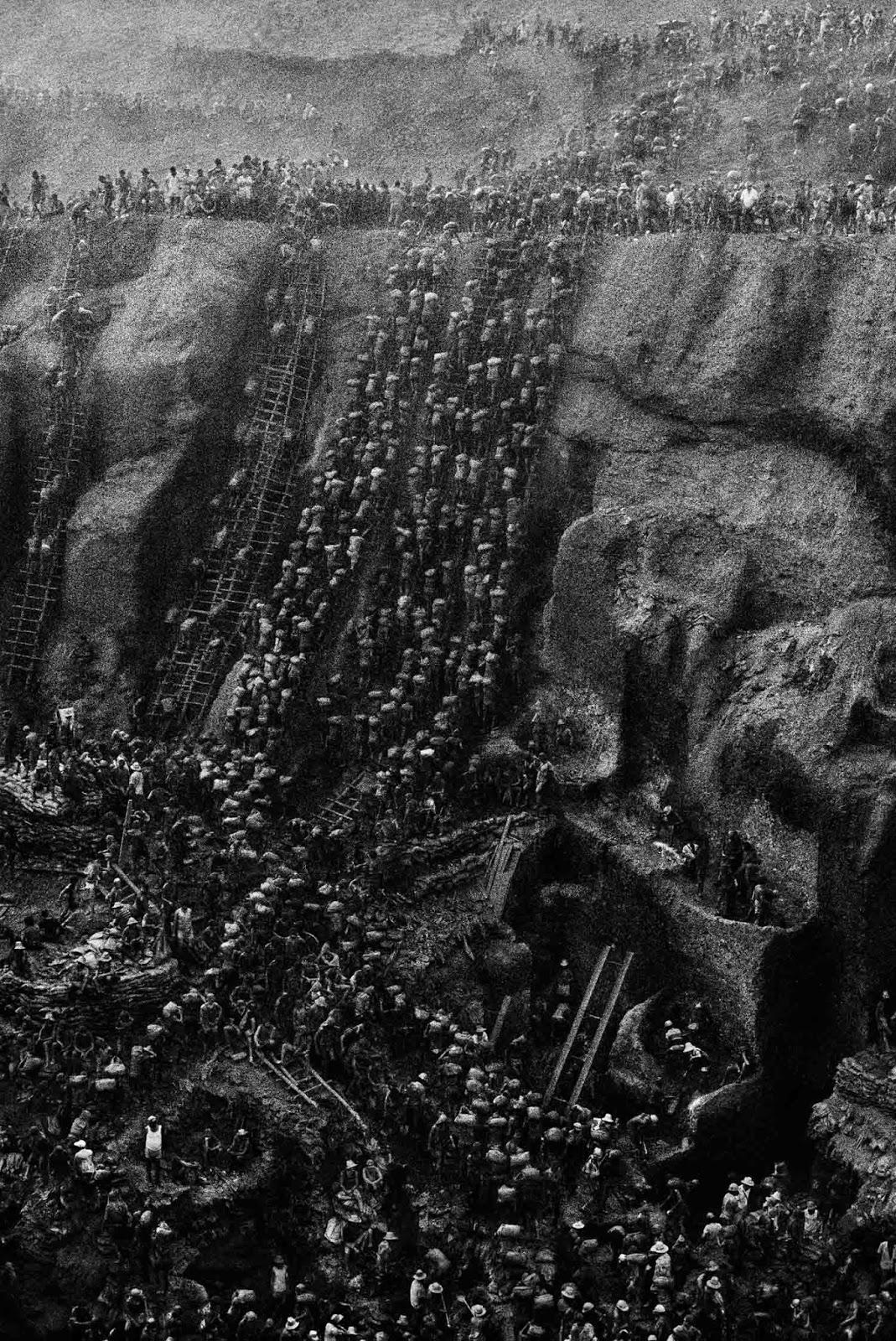 Durante o auge, a mina de Serra Pelada empregava cerca de 100.000 escavadores.
