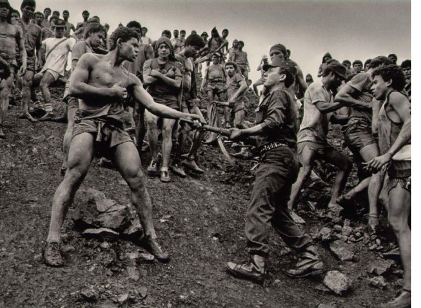 Três meses após o ouro ter sido descoberto em Serra Pelada, a força militar nacional assumiu as operações para impedir a exploração dos trabalhadores.