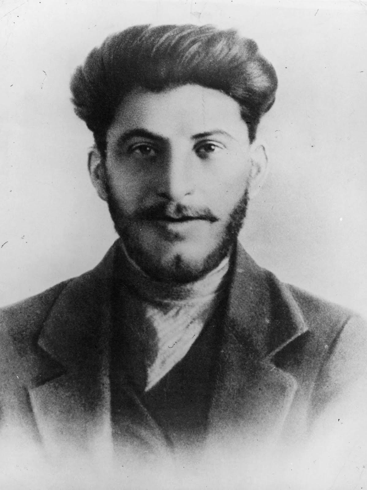 Stalin nunca foi uma figura muito imponente - ele tinha 1,68m, e pelo resto da vida isso o irritou, fazendo com que ele recorresse a sapatos com salto e outros dispositivos em um esforço para parecer mais alto do que ele realmente era. 1906